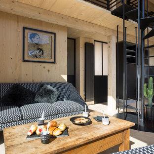 Cette photo montre un salon montagne avec un sol en bois clair et aucun téléviseur.