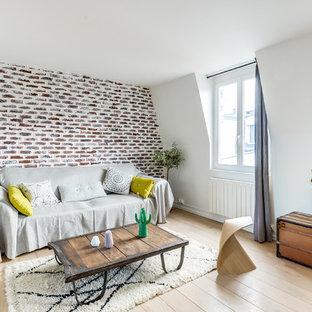 Inspiration pour un salon design de taille moyenne et ouvert avec un mur blanc, un sol en bois clair, aucune cheminée et aucun téléviseur.