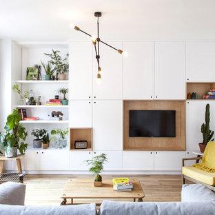 Cette photo montre un salon tendance avec un mur blanc, un sol en bois clair, aucune cheminée, un téléviseur fixé au mur et un sol beige.