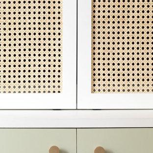 パリの中くらいのコンテンポラリースタイルのおしゃれなLDK (ライブラリー、白い壁、濃色無垢フローリング、暖炉なし、内蔵型テレビ、茶色い床) の写真