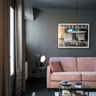 パリのコンテンポラリースタイルのおしゃれなリビング (グレーの壁、青い床) の写真