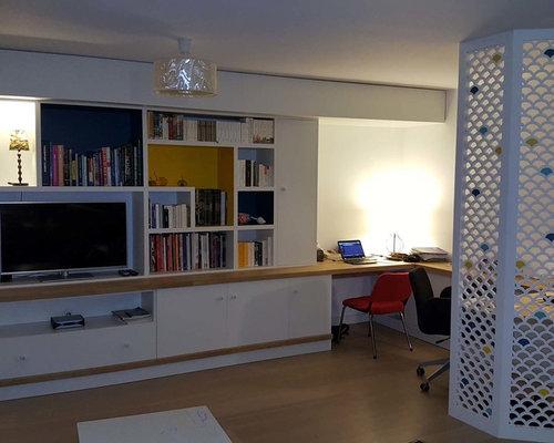 Bibliothèque avec bureau séparé par des claustras