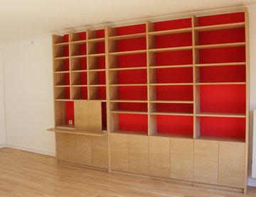 Bibliothèque sur mesure en chêne pour le salon