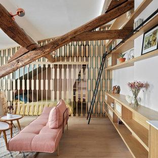 Inspiration pour un salon nordique avec un mur blanc, un sol en bois clair et aucune cheminée.