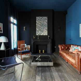 パリのトランジショナルスタイルのおしゃれな独立型リビング (フォーマル、マルチカラーの壁、濃色無垢フローリング、標準型暖炉、テレビなし、グレーの床) の写真
