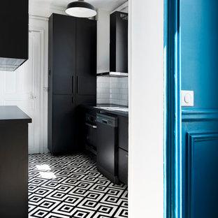 Foto di un piccolo soggiorno moderno aperto con pareti bianche, pavimento in linoleum e pavimento nero