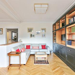 Cette image montre un salon traditionnel de taille moyenne et ouvert avec une salle de réception, un mur blanc, un sol en bois clair, un téléviseur fixé au mur, un sol beige, une cheminée standard et un manteau de cheminée en pierre.