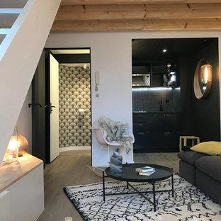 Aménagement d'un petit salon mansardé ou avec mezzanine contemporain avec un mur blanc et un sol gris.