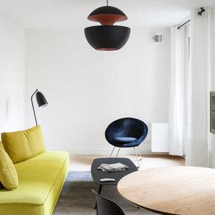 Mittelgroßes, Offenes Skandinavisches Wohnzimmer ohne Kamin mit weißer Wandfarbe, hellem Holzboden, verstecktem TV und beigem Boden in Paris