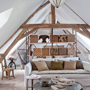 Idées déco pour un salon avec une bibliothèque ou un coin lecture campagne de taille moyenne avec un mur blanc, moquette, aucune cheminée et aucun téléviseur.