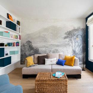 Cette image montre un salon design de taille moyenne et ouvert avec un mur bleu, aucune cheminée, aucun téléviseur, un sol marron et un sol en bois brun.