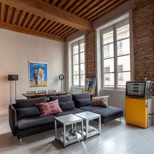 Idée de décoration pour un grand salon bohème ouvert avec un mur beige, un sol en bois peint, aucune cheminée et aucun téléviseur.