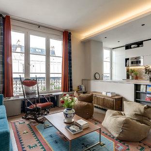 Inspiration pour un grand salon bohème ouvert avec un mur blanc, un sol en bois clair, aucune cheminée et aucun téléviseur.