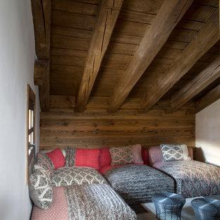 Стильный дизайн: маленькая изолированная гостиная комната в стиле рустика с библиотекой, белыми стенами, светлым паркетным полом и коричневым полом без камина, ТВ - последний тренд