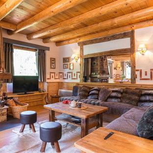 Idées déco pour un grand salon montagne en bois ouvert avec une salle de réception, un mur blanc, un sol en bois foncé, une cheminée standard, un manteau de cheminée en lambris de bois, un téléviseur indépendant, un sol marron et un plafond en bois.