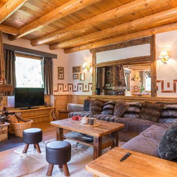 Chalet de montagne en Vanoise : salon cheminée style bois