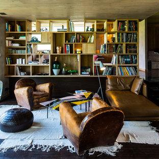 Réalisation d'un grand salon avec une bibliothèque ou un coin lecture design fermé avec un mur marron, un sol en bois foncé, aucune cheminée et aucun téléviseur.