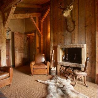 マルセイユの小さいラスティックスタイルのおしゃれなリビング (茶色い壁、竹フローリング、標準型暖炉、石材の暖炉まわり) の写真