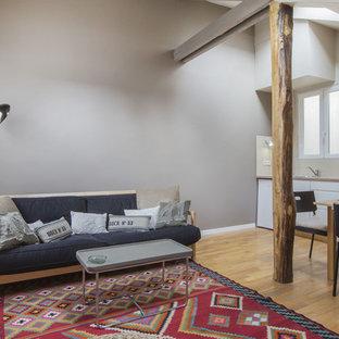 Idée de décoration pour un salon design de taille moyenne et ouvert avec un mur beige, un sol en bois brun, aucune cheminée et aucun téléviseur.