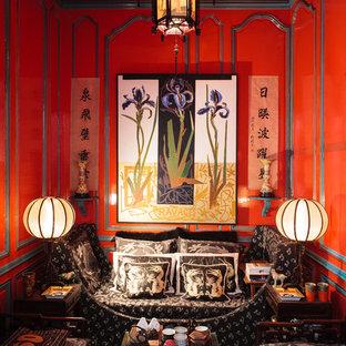Idées déco pour un salon asiatique de taille moyenne et fermé avec un mur rouge, moquette, aucune cheminée et aucun téléviseur.