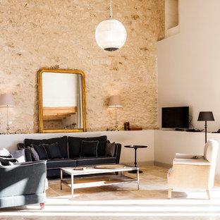 Exemple d'un salon nature ouvert avec une salle de réception, un mur multicolore, un téléviseur indépendant et un sol beige.
