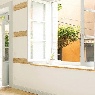 リヨンの中サイズのコンテンポラリースタイルのおしゃれなLDK (フォーマル、白い壁、テラコッタタイルの床、ピンクの床) の写真