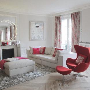 Idées déco pour un grand salon contemporain fermé avec une salle de réception, un mur gris, un sol en bois clair, une cheminée standard et aucun téléviseur.