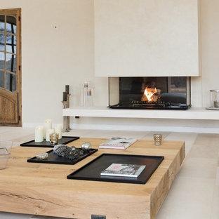 Cette photo montre un grand salon tendance fermé avec une salle de réception, un mur blanc, une cheminée standard, un manteau de cheminée en plâtre et aucun téléviseur.