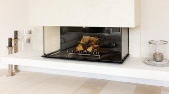 Cheminée foyer contemporaine & design avec vitre escamotable. Sole en pierre.