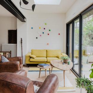 Cette photo montre un salon scandinave fermé avec un mur blanc et un sol beige.