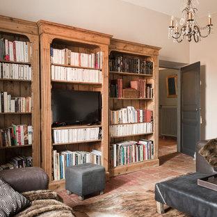 Exemple d'un salon avec une bibliothèque ou un coin lecture chic ouvert et de taille moyenne avec un mur beige, un téléviseur indépendant et aucune cheminée.