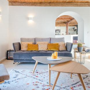 Exemple d'un salon scandinave fermé avec une salle de réception, un mur blanc et un sol beige.