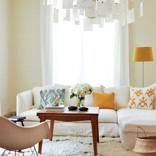 Inspiration pour un salon design de taille moyenne et fermé avec un mur beige, un sol en bois brun, aucune cheminée et aucun téléviseur.