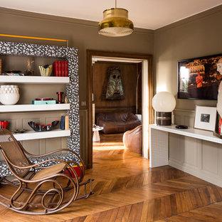 Inspiration pour un salon traditionnel fermé et de taille moyenne avec une salle de réception, un mur marron, un sol en bois brun, aucune cheminée et aucun téléviseur.