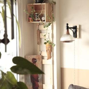 Ispirazione per un piccolo soggiorno tropicale aperto con angolo bar, pareti verdi, pavimento in legno massello medio, TV autoportante e pavimento rosso
