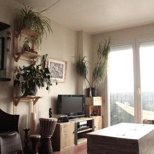 Esempio di un piccolo soggiorno tropicale aperto con angolo bar, pareti verdi, pavimento in legno massello medio, TV autoportante e pavimento rosso