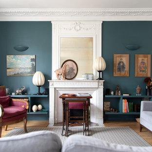 Esempio di un grande soggiorno bohémian con pareti blu, camino classico, nessuna TV, sala formale e parquet chiaro