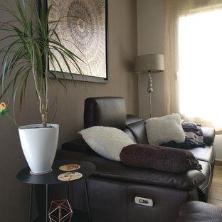ナンシーの中くらいのコンテンポラリースタイルのおしゃれなLDK (ベージュの壁、テラコッタタイルの床、暖炉なし、壁掛け型テレビ、オレンジの床) の写真