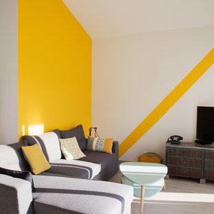 Idées déco pour un petit salon contemporain ouvert avec un sol gris, un mur jaune, un téléviseur indépendant et aucune cheminée.