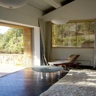 Idées déco pour un grand salon contemporain ouvert avec un mur blanc, aucune cheminée et aucun téléviseur.