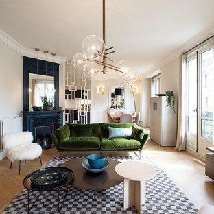 Esempio di un soggiorno minimal aperto con pareti grigie, parquet chiaro, camino ad angolo e pavimento beige