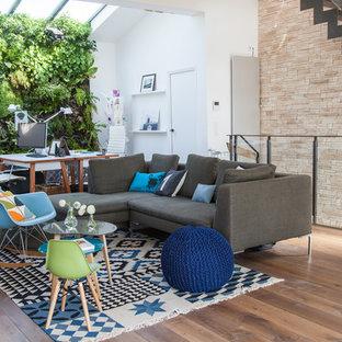 Idées déco pour un grand salon contemporain ouvert avec une salle de réception, un mur blanc, un sol en bois brun, aucune cheminée et un téléviseur indépendant.