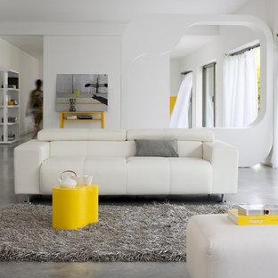 Exemple d'un salon tendance de taille moyenne et ouvert avec une salle de réception, un mur blanc et béton au sol.