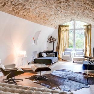 Cette image montre un salon design fermé avec une salle de réception, un mur blanc, un sol en bois brun et un sol marron.