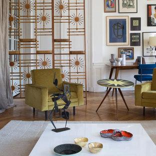Cette photo montre un salon tendance avec une salle de réception, un mur blanc, un sol en bois brun et un sol marron.