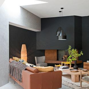 Exemple d'un salon tendance avec un mur noir.