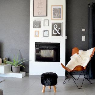 Cette image montre un salon design de taille moyenne et ouvert avec un mur gris, un sol en carrelage de céramique et un téléviseur indépendant.
