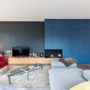 Ispirazione per un soggiorno minimal con libreria, pareti nere e camino classico