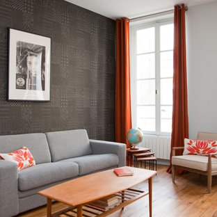Idées déco pour un salon contemporain de taille moyenne et ouvert avec un mur noir, un sol en bois brun, aucune cheminée, aucun téléviseur et une salle de réception.