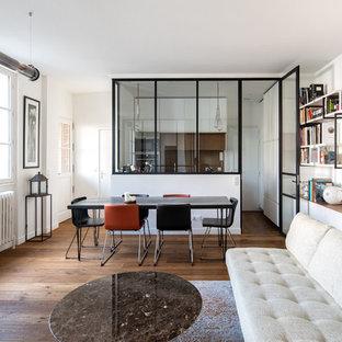 Diseño de salón para visitas cerrado, contemporáneo, pequeño, sin chimenea, con paredes blancas, suelo de madera oscura, televisor retractable y suelo marrón